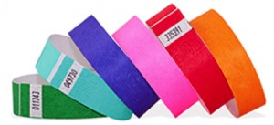 6 bracelets tyvek de couleurs différentes et avec le système d'attache adhésif fermé.