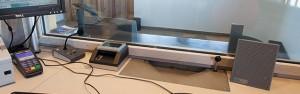 Installation d'un interphone de guichet en intérieur pour l'opérateur de caisse