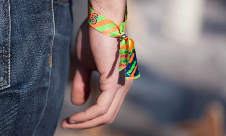 Le bracelet événementiel en tissu : Idéal pour les festivals !