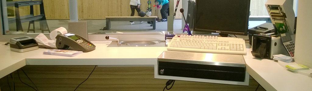 Intégration du tiroir de caisse dans le plan de travail d'un guichet