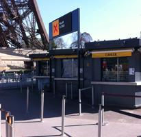 """Guichet d""""accueil en bas d'un des pilliers de la Tour Eiffel"""